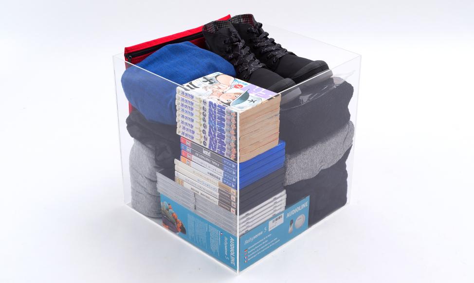 洋服や書籍が入ったレギュラーボックス